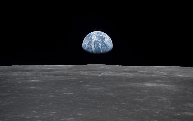Vista desde la nave espacial Apolo 11 en 1969, muestra a la Tierra elevándose sobre el horizonte de la luna (NASA / JSC)