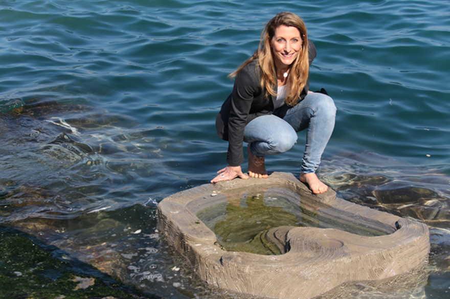 La CEO de ECOncrete, Shimrit Perkol-Finkel, en una de las pozas de marea de Jaffa. De archivo: ECOncrete