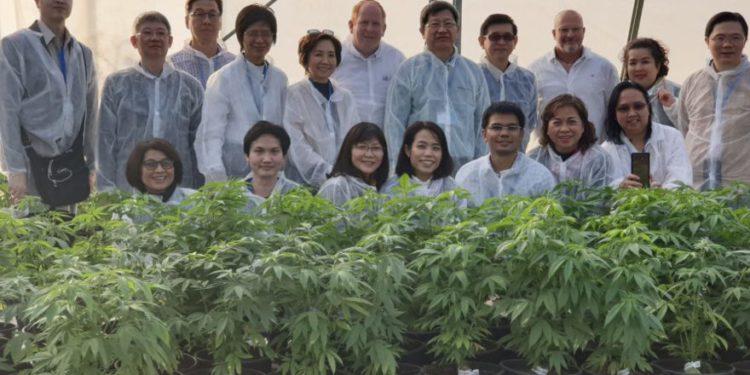 La delegación tailandesa con el Director de Política de Exportación de la Administración de Comercio Exterior Itai Melchior (C) y el Director de la Unidad de Cannabis Médico Yuval Landschaft. (Crédito de la foto: MINISTERIO DE ECONOMÍA SPOKESPERSON)