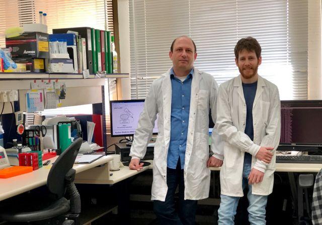 El Prof. Noam Shomron (L) con el estudiante graduado de TAU Tom Rabinowitz. (Crédito de la foto: UNIVERSIDAD TEL AVIV)