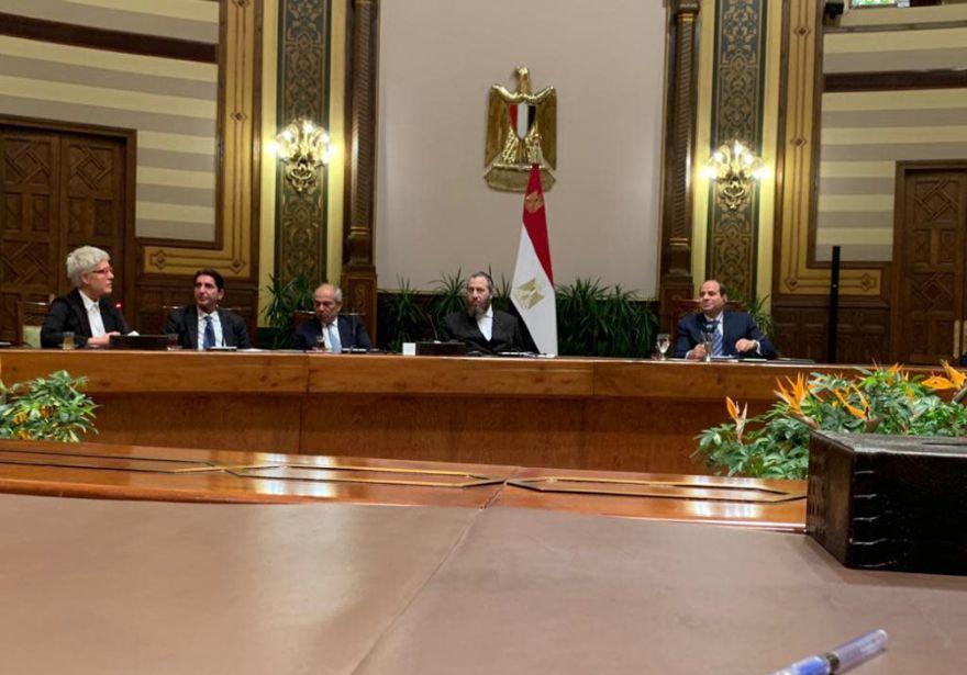 REUNIÓN DEL CAIRO: Ezra Frieldander (centro) le da la mano al presidente egipcio Abdel Fattah el-Sisi (derecha) después de invitarlo a una ceremonia en Washington este otoño, donde la Medalla de Oro del Congreso de EE. UU. Se otorgará póstumamente al asesinado presidente egipcio Anwar Sadat.