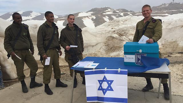 Tropas de las FDI que votan en las elecciones de 2015 en Israel (Foto: Unidad de la persona de apoyo de la FDI)