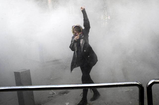 Un manifestante contra el régimen en las calles de Teherán (Foto: AP)