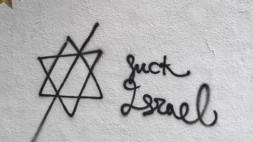 Graffiti antisemita fuera de la casa de angel mas