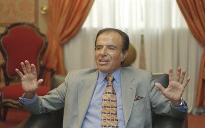 El ex presidente argentino, Carlos Menem, habla con reporteros en Buenos Aires, Argentina, el 28 de octubre de 1997. (AP / Daniel Muzio)