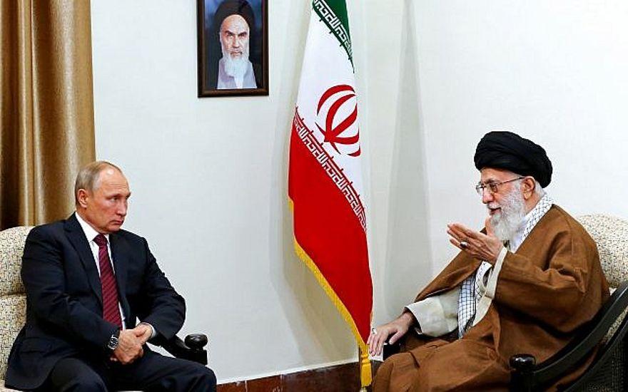 En esta imagen publicada por la oficina del ayatolá Ali Khamenei, a la derecha, se habla con el presidente ruso Vladimir Putin durante su reunión en Teherán, el 1 de noviembre de 2017. (Oficina del Líder Supremo de Irán a través de AP)