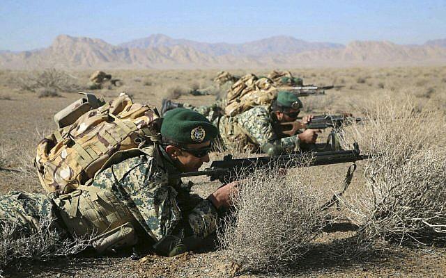 En esta foto provista el viernes 25 de enero de 2019 por el ejército iraní, los soldados toman posiciones en un simulacro de infantería en la provincia central de Isfahan, Irán. (Ejército iraní a través de AP)