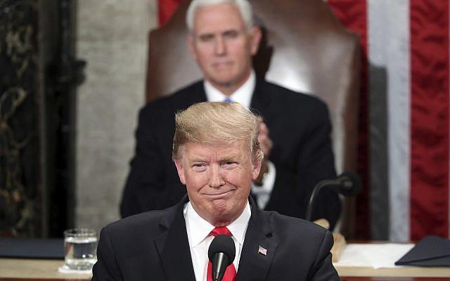 El presidente de los Estados Unidos, Donald Trump, pronuncia su discurso sobre el Estado de la Unión en una sesión conjunta del Congreso en Capitol Hill en Washington, DC, mientras el vicepresidente Mike Pence observa, el 5 de febrero de 2019. (Foto AP / Andrew Harnik)