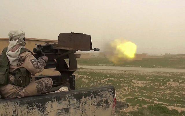 Esta captura del marco del video publicado en línea el 18 de enero de 2019 por simpatizantes del grupo del Estado Islámico, pretende mostrar un vehículo IS montado en un arma de fuego disparando a miembros de las Fuerzas Democráticas Sirias apoyadas por Estados Unidos, en la provincia oriental siria de Deir el- Zour, Siria. (Foto del militante a través de AP)