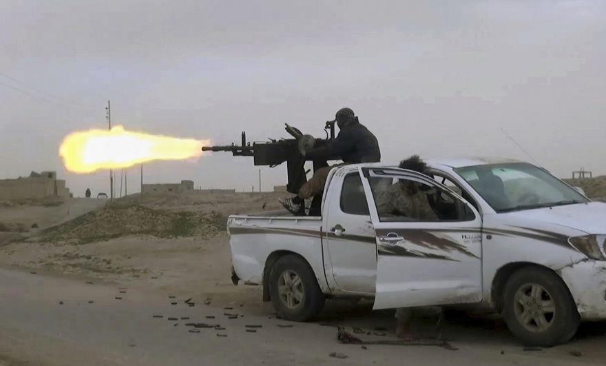 Este fotograma, tomado del video publicado en línea el 18 de enero de 2019, por simpatizantes del grupo del Estado Islámico, pretende mostrar un vehículo del grupo del Estado Islámico montado sobre un arma de fuego disparando a miembros de las Fuerzas Democráticas Sirias apoyadas por los Estados Unidos, en la provincia oriental siria de Deir. El-Zour, Siria. (Foto del militante a través de AP)