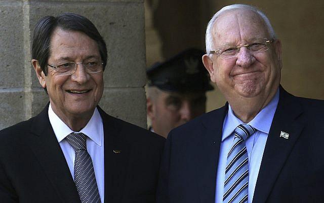El presidente de Chipre Nicos Anastasiades, a la izquierda, y el presidente Reuven Rivlin en el palacio presidencial en Nicosia, Chipre, el 12 de febrero de 2019. (Foto de AP / Petros Karadjias)
