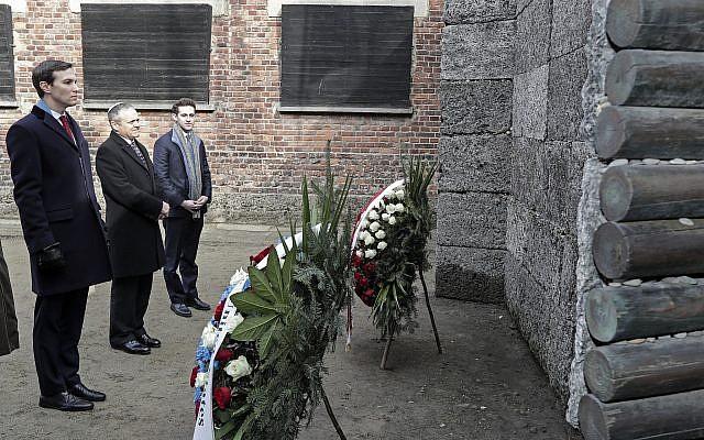 El asesor principal de la Casa Blanca, Jared Kushner, segundo desde la izquierda, se encuentra frente a las coronas de flores en un muro de la muerte durante una visita al campo de concentración nazi de Auschwitz-Birkenau en Oswiecim, Polonia, el viernes 15 de febrero de 2019. (Foto de AP / Michael Sohn )