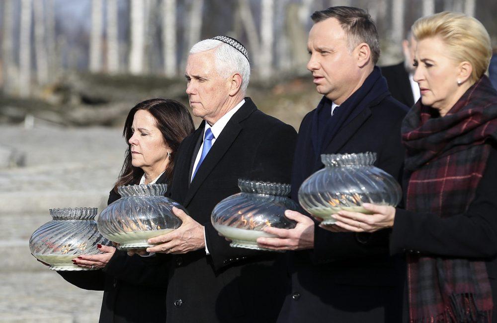 El vicepresidente de los Estados Unidos, Mike Pence, y su esposa Karen Pence, a la izquierda, caminan con el presidente de Polonia, Andrzej Duda, y su esposa, Agata Kornhauser-Duda, a la derecha, con luces en sus manos durante su visita al campo de concentración nazi Auschwitz-Birkenau en Oswiecim, Polonia. Viernes, 15 de febrero de 2019. (Foto AP / Michael Sohn)