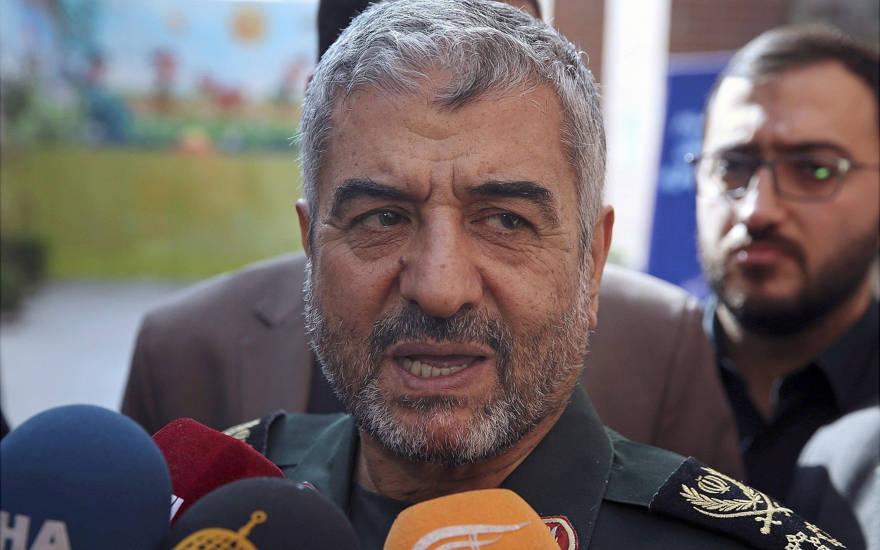 """En esta foto de archivo del 31 de octubre de 2017, el jefe del Cuerpo de la Guardia Revolucionaria Islámica de Irán, Mohammad Ali Jafari, habla con los periodistas luego de su discurso en una conferencia llamada """"Un mundo sin terror"""" en Teherán, Irán. (Foto AP / Vahid Salemi, Archivo)"""