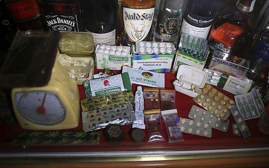 En esta foto del lunes 11 de febrero de 2019, las drogas confiscadas y el alcohol se almacenan dentro del departamento antidrogas en la sede principal de la policía en la ciudad de Gaza. (Foto AP / Adel Hana)