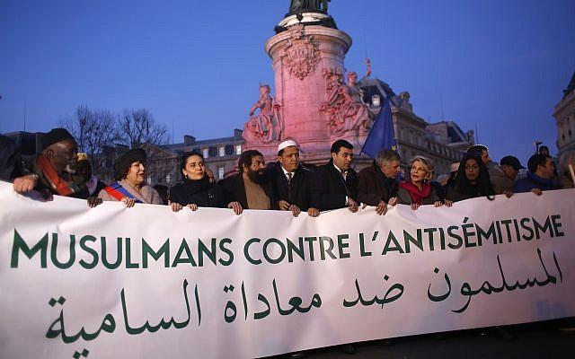 Los musulmanes se reúnen en la plaza de la República para protestar contra el antisemitismo en París, Francia, 19 de febrero de 2019. (Foto AP / Thibault Camus)