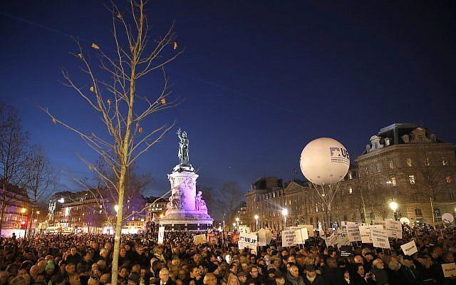 La gente se reúne en la plaza Republique para protestar contra el antisemitismo en París, Francia, el martes 19 de febrero de 2019. (Foto AP / Thibault Camus)