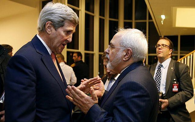 En esta foto de archivo del 16 de enero de 2016, el entonces secretario de estado John Kerry conversa con el ministro de Relaciones Exteriores de Irán, Mohammad Javad Zarif, en Viena, luego de que la Agencia Internacional de Energía Atómica (OIEA) verificara que Irán cumplió todas las condiciones estipuladas en el acuerdo nuclear. (Kevin Lamarque / Pool via AP, File)