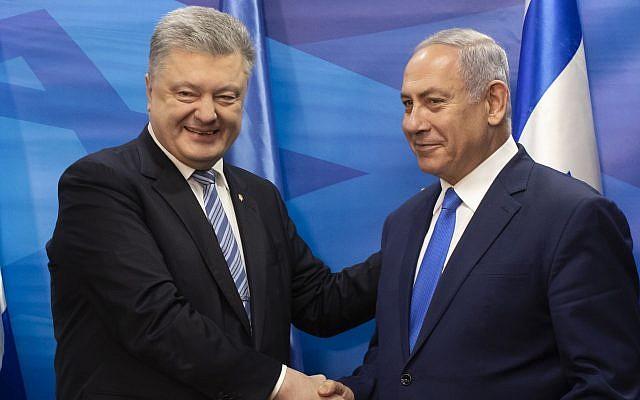 El presidente de Ucrania, Petro Poroshenko, a la izquierda, le da la mano al primer ministro Benjamin Netanyahu después de la firma de un acuerdo de libre comercio en la oficina del primer ministro en Jerusalén, el 21 de enero de 2019. (Jim Hollander / Pool vía AP)