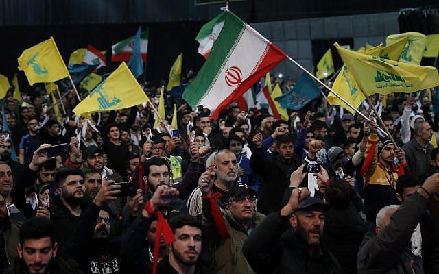Los partidarios de Hezbolá gritan consignas y ondean banderas del Líbano, Hezbolá e Irán durante un mitin para conmemorar el 40 aniversario de la Revolución Islámica de Irán, en el sur de Beirut, el 6 de febrero de 2019. (Foto AP / Hussein Malla)