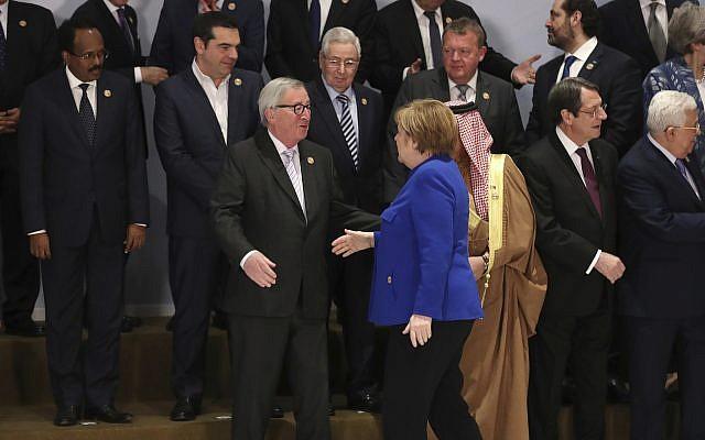 La canciller alemana, Angela Merkel, centro derecha, es recibida por el presidente de la Comisión Europea, Jean-Claude Juncker, centro izquierda, durante una foto grupal en una cumbre UE-Árabe en el centro de convenciones de Sharm El Sheikh en Sharm El Sheikh, Egipto, 24 de febrero de 2019. . (Foto AP / Francisco Seco)