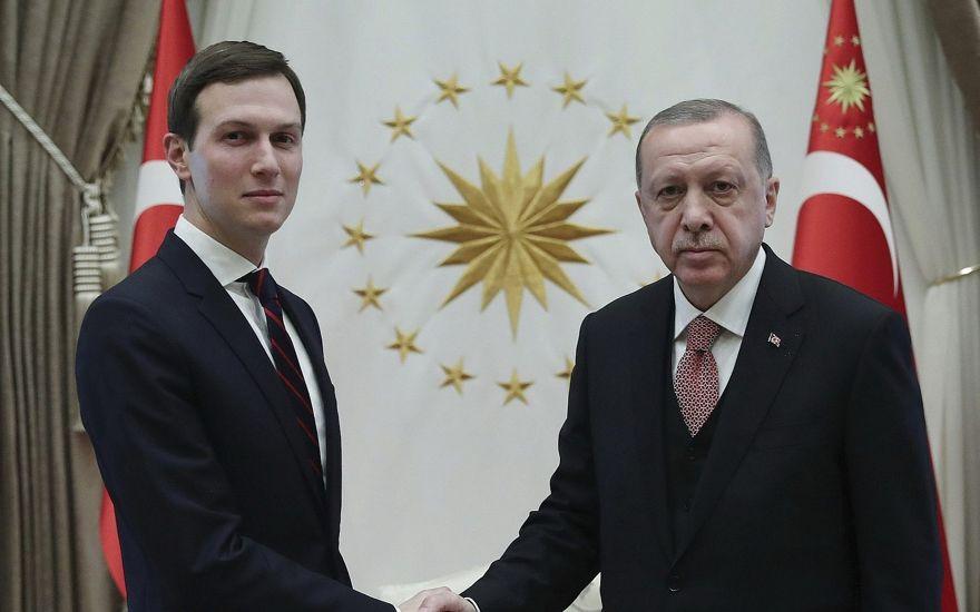 El presidente de Turquía, Recep Tayyip Erdogan, a la derecha, le da la mano a Jared Kushner, a la izquierda, el asesor del presidente de Estados Unidos, Donald Trump, antes de su reunión en el Palacio Presidencial en Ankara, Turquía, el miércoles 27 de febrero de 2019 (Servicio de Prensa Presidencial a través de AP, Pool )