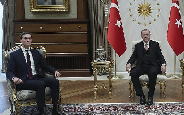 El presidente de Turquía, Recep Tayyip Erdogan, a la derecha, se reúne con Jared Kushner, a la izquierda, el asesor y el yerno del presidente de los Estados Unidos, Donald Trump, durante su reunión en el Palacio Presidencial en Ankara, Turquía, el miércoles 27 de febrero de 2019 (Servicio de Prensa Presidencial via AP, Pool)