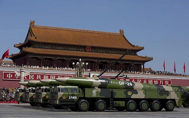 Vehículos militares que transportan misiles balísticos DF-26 pasan por la Puerta de Tiananmen durante un desfile militar para conmemorar el 70 aniversario de la derrota de la Segunda Guerra Mundial en Beijing el jueves 3 de septiembre de 2015. Con aviones de combate rugiendo en lo alto, el líder de China presidió el jueves una Desfile de tanques, misiles y tropas que mostraban un creciente poder militar. (Foto AP / Andy Wong, Piscina)