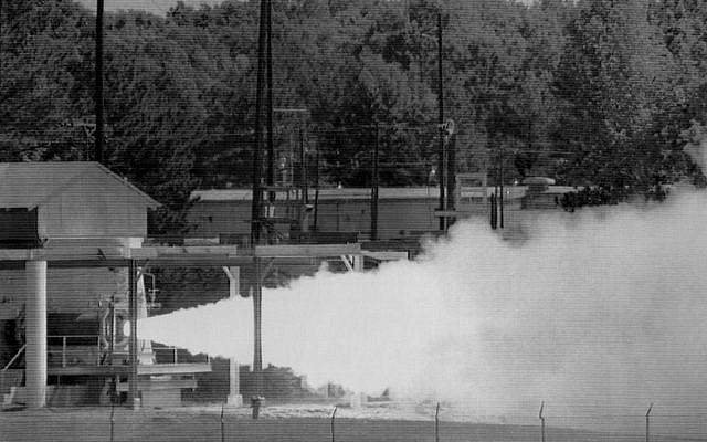 El último de los motores de misiles Pershing II que fueron destruidos bajo el Tratado INF se disparó en la Planta de Municiones del Ejército de Longhorn en Karnack, Texas, en 1991. Un equipo de inspectores soviéticos estaba presente para observar la eliminación final. (AP)