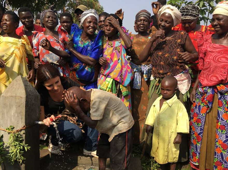 Africanos disfrutan agua