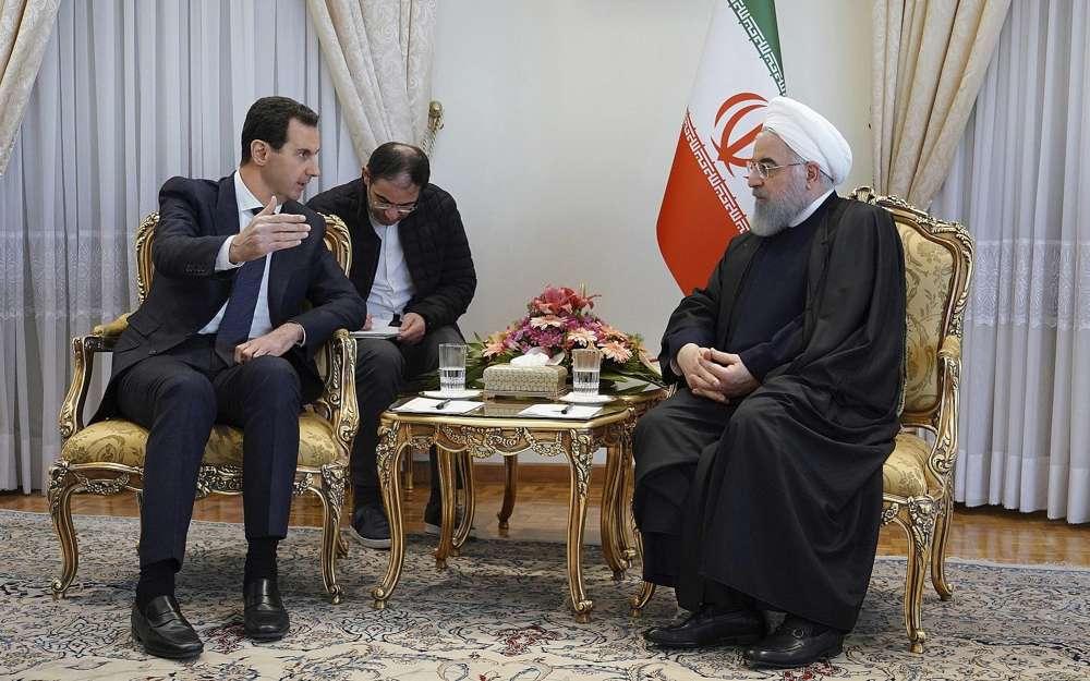En esta foto publicada por la agencia de noticias oficial siria SANA, el presidente sirio Bashar Assad, a la izquierda, habla con el presidente iraní Hassan Rouhani durante su reunión en Teherán, Siria, el 25 de febrero de 2019. (SANA a través de AP)