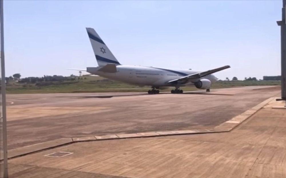 El primer avión israelí aterriza en el aeropuerto de Entebbe desde la redada de 1976, 14 de febrero de 2019 (captura de pantalla a través de NTV)