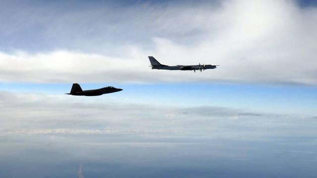 Otro signo del aumento de las tensiones. Un F-22 Raptor de la fuerza aérea de Estados Unidos interceptando a un bombardero ruso Tu-95 que se acercó al espacio aéreo estadounidense