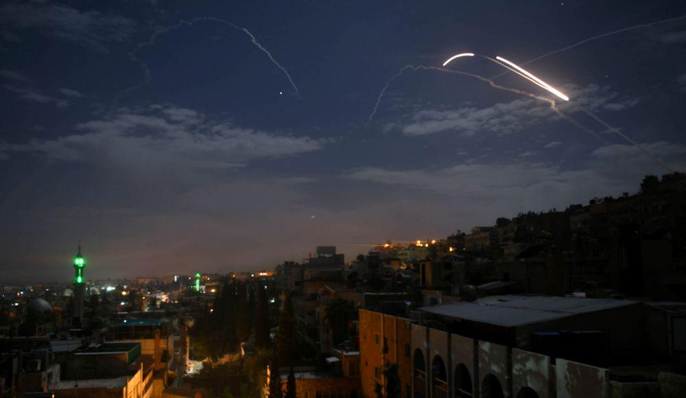 Quemado por ataques de Israel, Irán mueve el centro de suministro de armas fuera de Damasco
