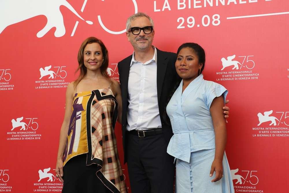 El director de 'Roma', Alfonso Cuarón, en el centro, con dos de las estrellas de la película, Marina de Tavira, a la izquierda, y Yalitza Aparicio en el 75º Festival de Cine de Venecia, el 30 de agosto de 2018. Muchos esperan que la película obtenga más premios en la Academia Premios(Vittorio Zunino Celotto / Getty Images / via JTA)