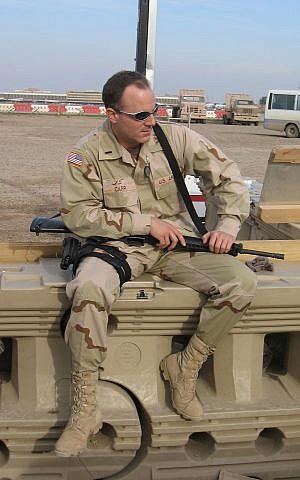 Elad Carr aguarda el transporte en una pista de aterrizaje militar estadounidense en Bagdad. En 2003-4, se trasladó a Irak, donde dirigió un equipo antiterrorista, ayudó a establecer un nuevo poder judicial iraquí y procesó a terroristas que atacaron a las tropas estadounidenses. (cortesía)