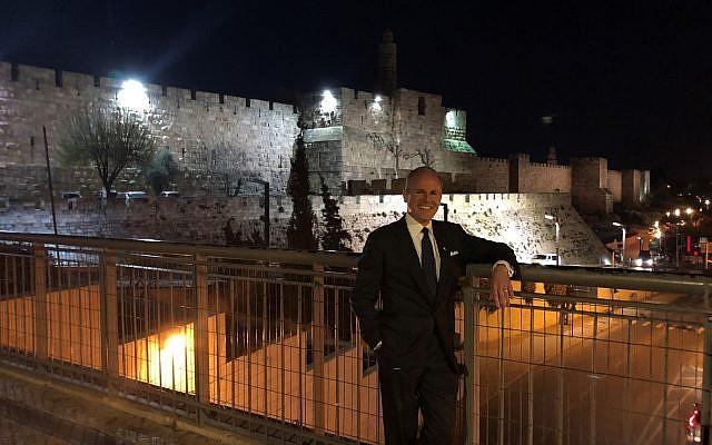 Enviado especial para monitorear y combatir el antisemitismo Elan Carr en las afueras de la ciudad vieja de Jerusalem. (cortesía)