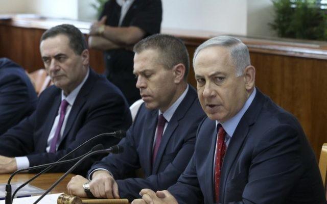 El primer ministro Benjamin Netanyahu (derecha), el ministro de Seguridad Pública Gilad Erdan (centro) y el ministro de Inteligencia y Transporte Yisrael Katz (izquierda) durante una reunión de gabinete en Jerusalén en 2016, foto de archivo (Amit Shabi / POOL / Flash90)