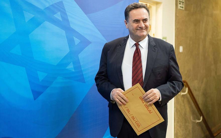 El ministro de Transporte e Inteligencia, Israel Katz, llega a la reunión semanal del gabinete en la Oficina del Primer Ministro en Jerusalén el 11 de abril de 2018. (Yoav Ari Dudkevitch / Pool / Flash90)