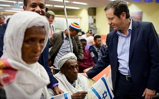 El presidente de la Agencia Judía, Isaac Herzog, da la bienvenida a los miembros de la comunidad de Falashmura cuando llegan a las oficinas de Inmigración en el aeropuerto Ben Gurion el 4 de febrero de 2019. (Tomer Neuberg / Flash90)