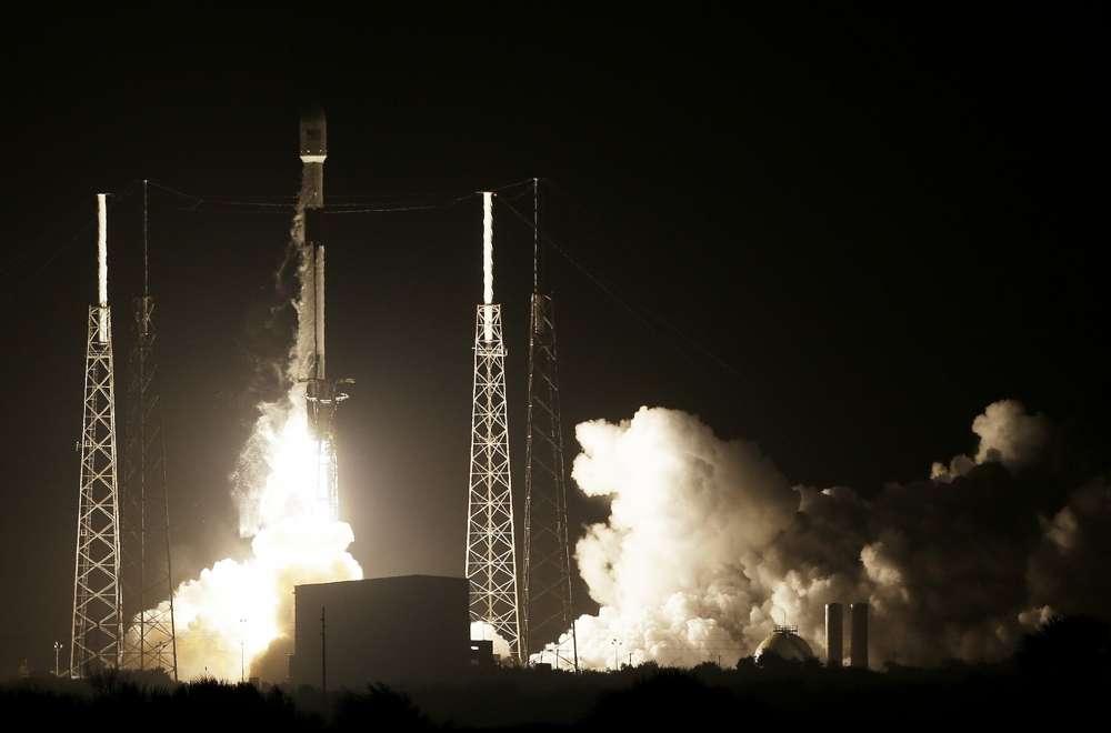 Un cohete SpaceX Falcon 9 despega con el Lunar Lander de Israel y un satélite de comunicaciones de Indonesia en el complejo de lanzamiento espacial 40, 21 de febrero de 2019, en Cabo Cañaveral, Florida (AP Photo / Terry Renna)