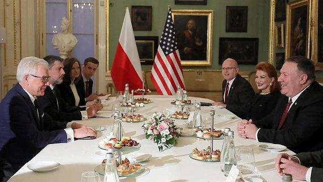 Funcionarios de EE. UU., derecha, se reúnen con funcionarios polacos antes de la conferencia(Foto: EPA)