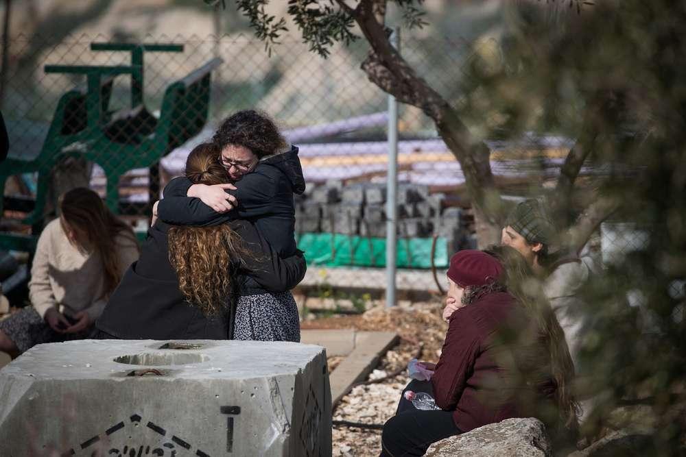 Amigos y familiares asisten al funeral de Ori Ansbacher, de 19 años, en el poblado de Tekoa en Judea y Samaria, el 8 de febrero de 2019. (Yonatan Sindel / Flash 90)