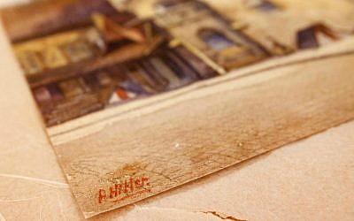 La firma 'A. Hitler 'está en una imagen titulada' The Old City Hall 'que fue pintada por Adolf Hitler en Nuremberg, Alemania, 19 de noviembre de 2014. (AP / Michael Probst / File)