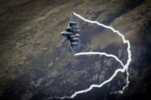 Un caza de combate F-15 de la Fuerza Aérea de los Estados Unidos con base en RAF Lakenheath avanza a través del Paso de Dinas, conocido en el mundo de la aviación como Mach Loop, el 16 de febrero de 2018 en Dolgellau, Gales, Reino Unido. (Foto por Christopher Furlong / Getty Images)