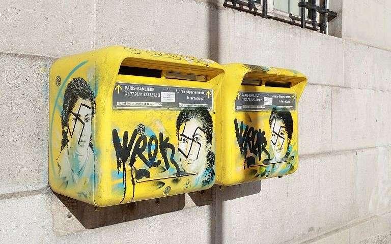Una foto tomada el 11 de febrero de 2019, en el distrito 13 de París, muestra un graffiti antisemita escrito en un buzón que muestra un retrato del difunto político francés y sobreviviente del Holocausto, Simone Veil.(Jacques Demarthon / AFP)