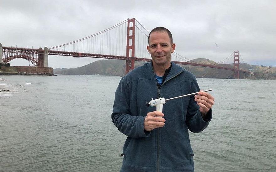Eyal Kochavi, CEO y fundador de Vessi Medical Ltd., con un dispositivo que se ha demostrado que congela tumores de vejiga en cerdos (Cortesía)