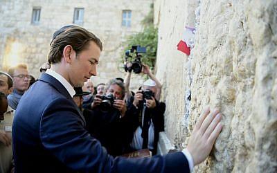 El canciller de Austria, Sebastian Kurz, visita el Muro Occidental de Israel en Jerusalén, el 10 de junio de 2018. (Avi Hayun / Ministerio de Relaciones Exteriores de Israel)
