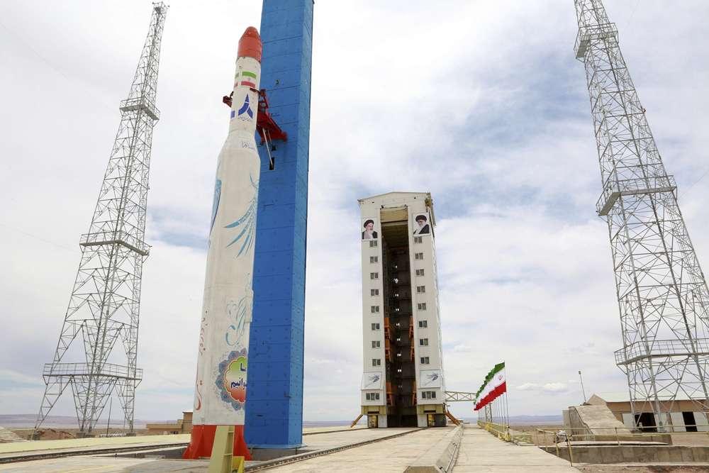 Esta fotografía, publicada por el sitio web oficial del Ministerio de Defensa iraní el 27 de julio de 2017, afirma mostrar el cohete Simorgh que lleva el satélite en el Centro Nacional Espacial Imam Jomeini, en un lugar no revelado, Irán.(Ministerio de Defensa iraní a través de AP)
