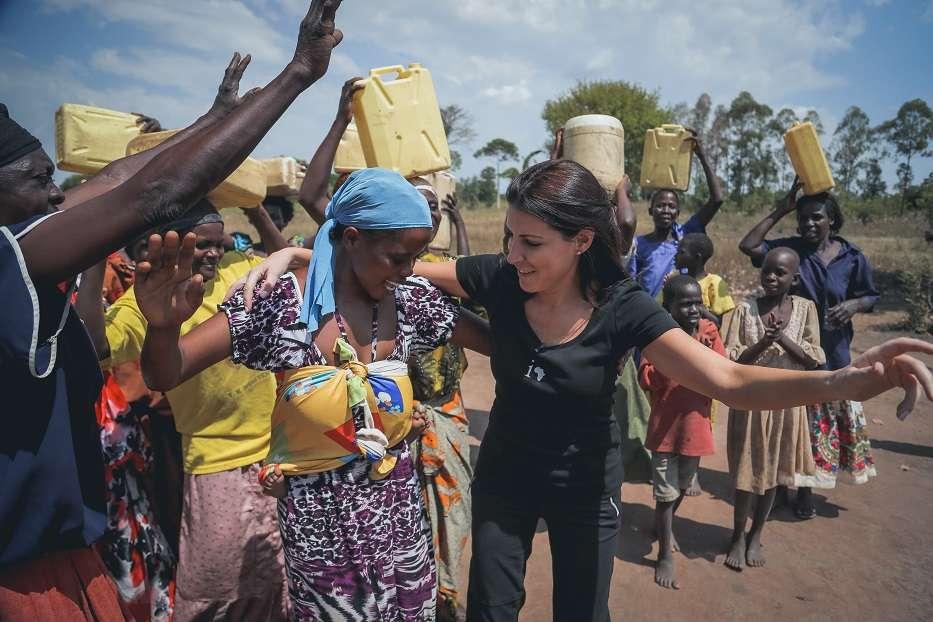 Israelí baila con africanas